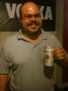 Arnaldo J. Díaz Ibañez, mi primo con su cerveza en mano, Schaefer fría.