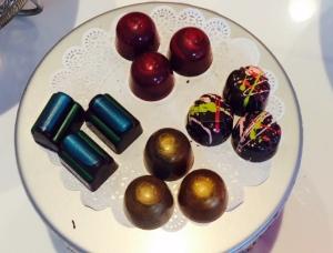 Hermosos chocolates engalanan el mostrador de Le Macaron. Foto-ADHoyo