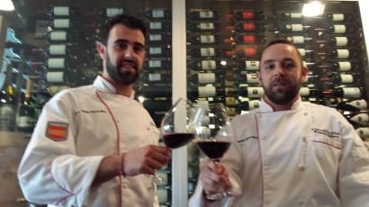 El sous chef Alberto Llorente junto al chef Ricardo González Sostre, del restaurante El Retiro, de Asturias. ADH.