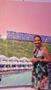 La autora de este blog admira una de las obras presentadas en el evento Segura Viudas Pop en San Juan.